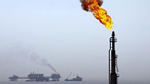Gas quemándose en un campo petrolero