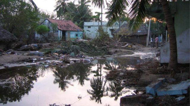 2004లో సునామీ ధాటికి అతలాకుతలమైన తమిళనాడులోని పుదుకుప్పం గ్రామం