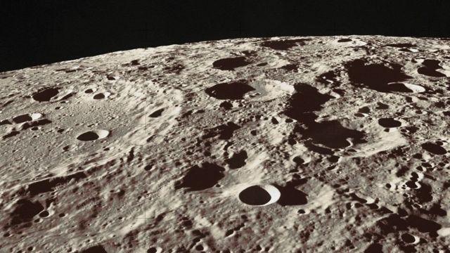 Поверхня місяця вкрита горами, рівнинами та кратерами