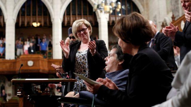 歌詞変更が可決され、カナダ下院はカナダ自由党のモーリル・ベランジェ議員(中央)をスタンディングオベーションで称えた(15日)