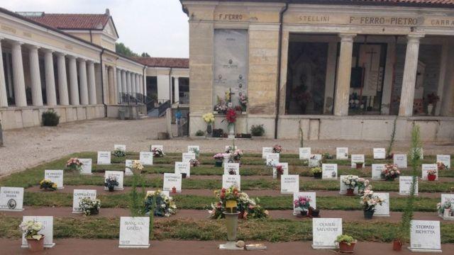 Vista geral do cemitério da cidade de Nogara, região de Verona, Itália