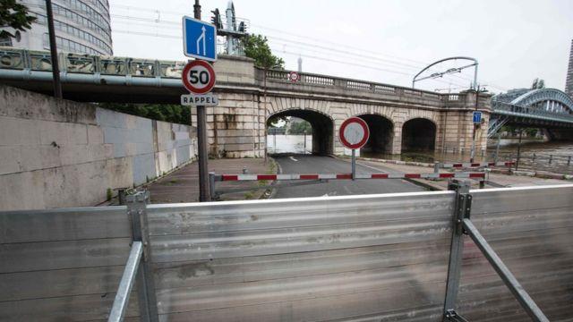 パリでは防壁が設置され地下鉄が運転停止した