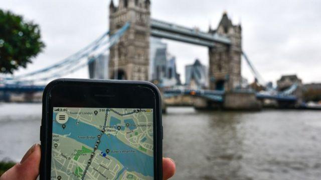 Teléfono con Uber en Londres.
