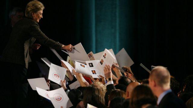 Hillary Clinton firmando autógrafos.