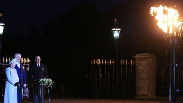 女王は昨年5月8日の第2次世界大戦ヨーロッパ戦勝記念日70周年にも記念のたいまつを灯した