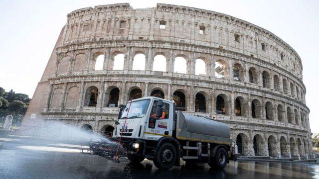 Roma sokakları düzenli olarak dezenfekte ediliyor