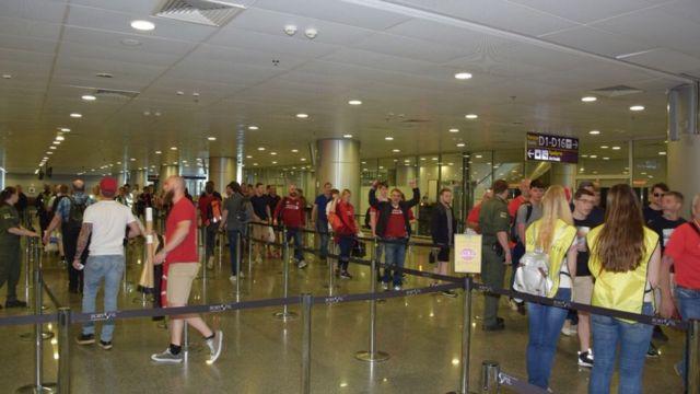 Болельщики в аэропорту