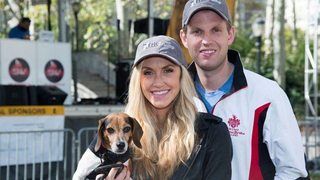Lara Yunaska con su marido Eric y un perro en brazos.