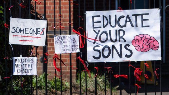 Плакаты на ограде одной из школ Лондона