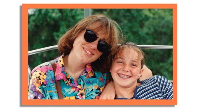 Imagem mostra Erica Harvey com sua mãe Cynthia Clark Harvey sorrindo em uma foto de família