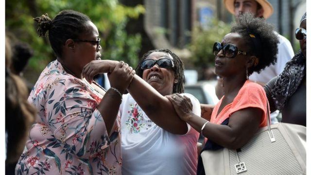 سيدة غاضبة أوشكت على الانهيار وتلقت الدعم من أخريات أمام الكنيسة التي زارتها رئيسة الوزراء تيريزا ماي