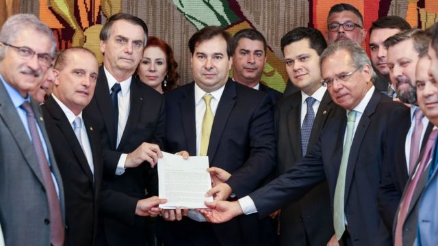 Bolsonaro entrega a proposta ao presidente da Câmara, Rodrigo Maia