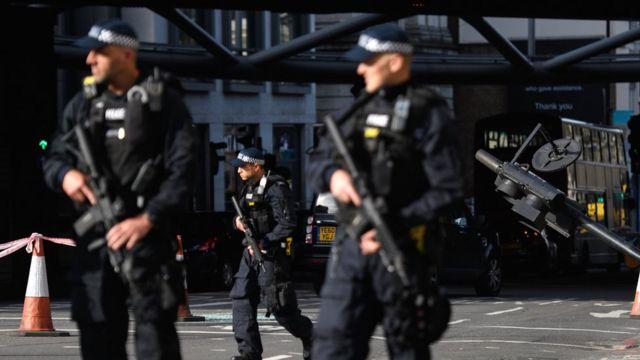 Вооруженные полицейские охраняют место нападения на Лондонском мосту