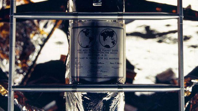 """Placa dejada por el Apolo 11 en la Luna con el texto: """"Vinimos en paz de nombre de toda la humanidad"""""""