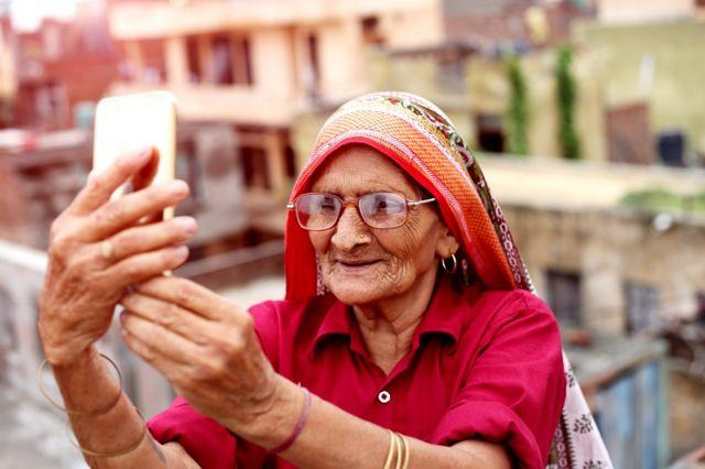 Mujer mayor con un teléfono