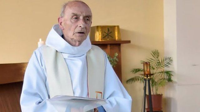 Padre Jacques Hamel estava conduzindo a missa quando dois homens invadiram sua igreja