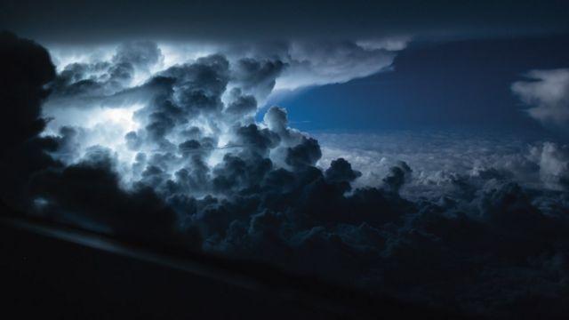 Nubes negras y blancas sobre un cielo azul