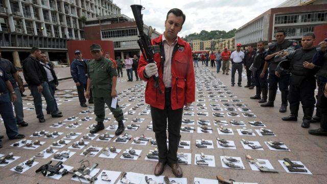 El Aissami con armas incautadas.