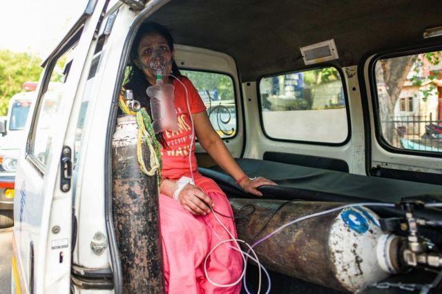 Una paciente con covid-19 conectada a un tanque de oxígeno, mientras espera ser admitida en un hospital de Nueva Delhi, 22 de abril de 2021