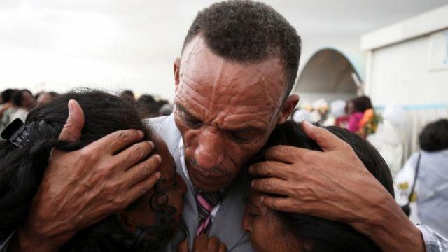 Addisalem Hadigu junto a sus hijas, después de no verlas por 20 años