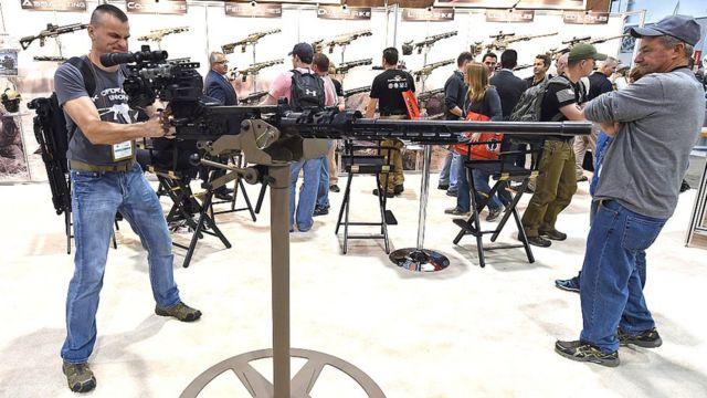Мужчина с пулеметом 50-го калибра