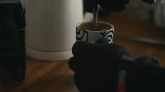 Dylan haciéndose una taza de té
