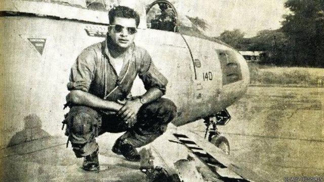 पाकिस्तानी पायलट क़ैस हुसैन अपने उस सेबर विमान के साथ, जिससे गुजरात के तत्कालीन मुख्यमंत्री के विमान को गिराया था.