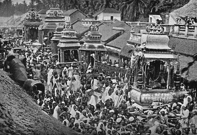 1902ஆம் ஆண்டு சென்னையில் நடந்த ஒரு தேர்த்திருவிழாவை இந்த புகைப்படம் காட்டுகிறது.