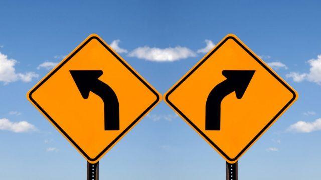 Señales hacia la izquierda y la derecha