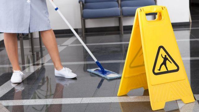 امرأة تمسح الأرضيات
