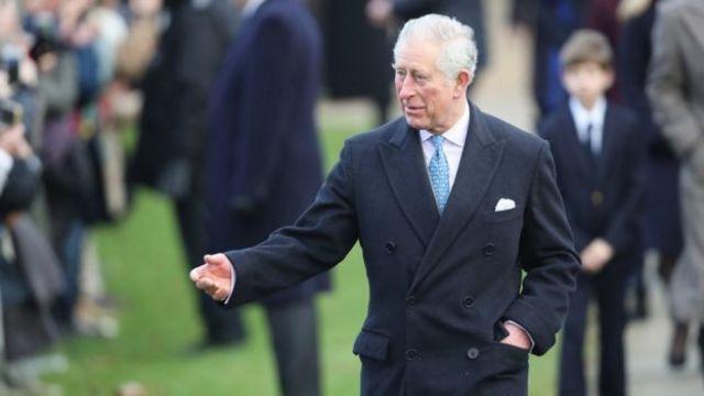 查爾斯王子在禮拜後與人群交談