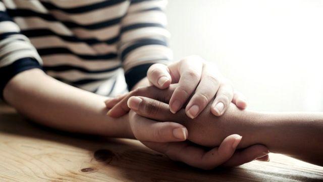 Dos manos agarrándose