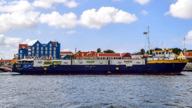 O navio de suprimentos que foi forçado a atracar na ilha de Curaçao