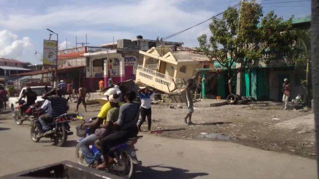 Le strade di Les Cayes dopo il terremoto.