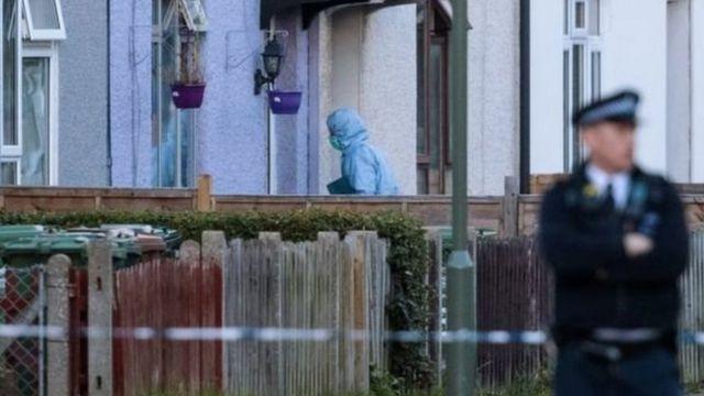 لا تزال الشرطة تفتش محتويات المنزل الذي يوجد في منطقة سري بجنوب لندن