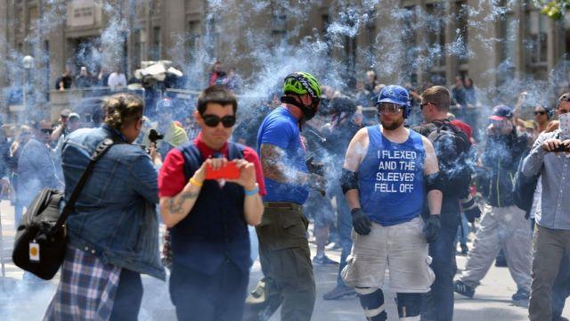 有人向遊行隊伍施放爆竹。