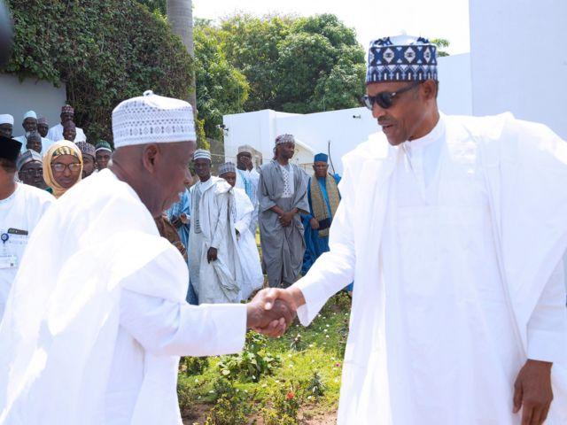 Gwamna Abdullahi yana gaisawa da Shugaba Muhammadu Buhari