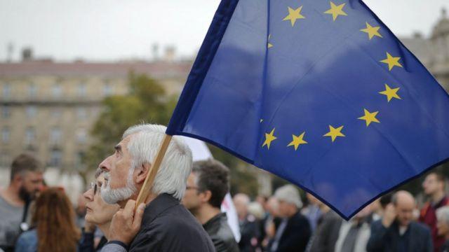 ブダペストで集会を開いた野党支持者ら(2日)