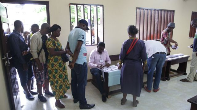 Des électeurs dans un bureau de vote de Libreville