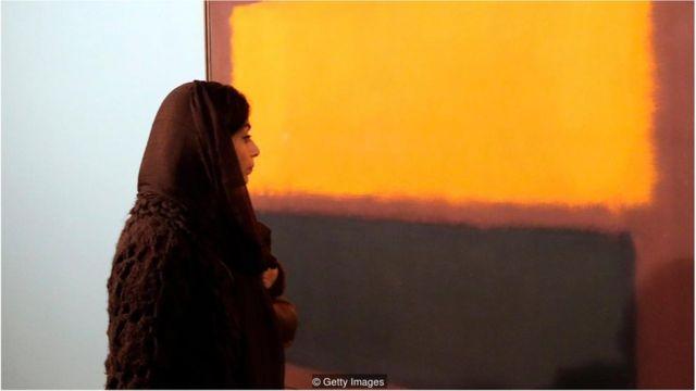 Mulher iraniana observa quadro de Mark Rothko durante exposição de arte moderna no TMOCA em 2015