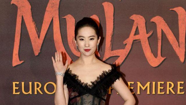 Actriz que interpreta a Mulan.