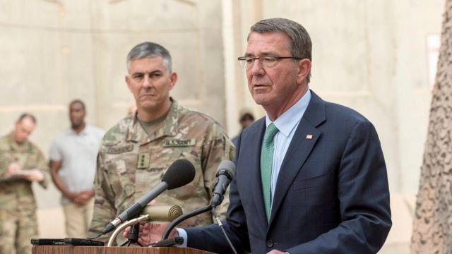 バクダッドで記者会見するカーター米国防長官(22日)