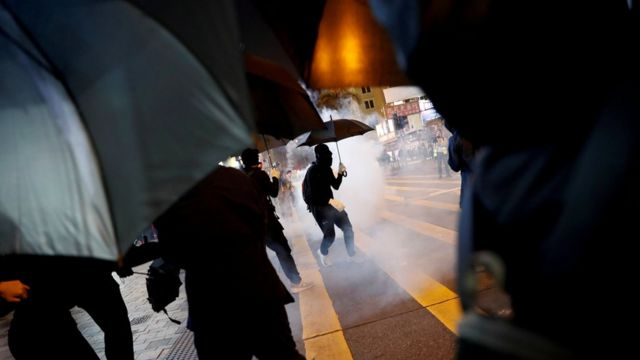 示威者在街頭與警方對峙。