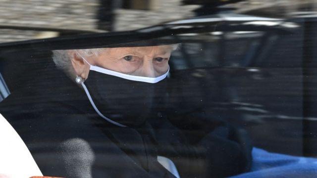 La reina Isabel II marchando junto al cortejo fúnebre de su marido el príncipe Felipe.