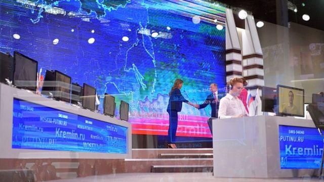 Президент России Владимир Путин пожимает руку телеведущей. Москва, 15 июня 2017 года.