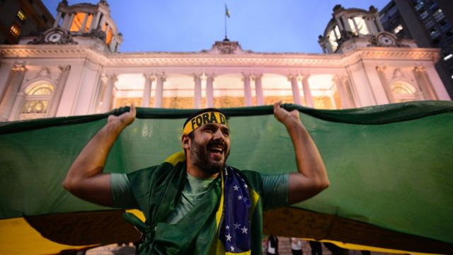 Protestos contra o governo têm bandeiras pelo fim da corrupção e pela saída de Dilma