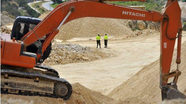 Retroexcavadora en una mina ilegal