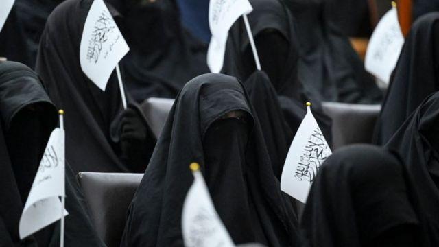 طالبات محجبات يرفعن أعلام طالبان وهن يستمعن إلى متحدث قبل تظاهرة مؤيدة لطالبان في جامعة الشهيد رباني التعليمية في كابول في 11 سبتمبر 2021.