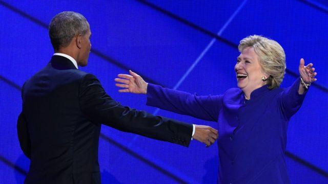 演説を終えたオバマ米大統領とクリントン氏(27日)