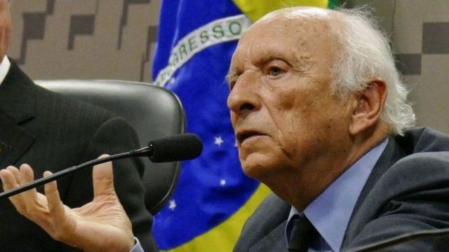 Rubens Ricupero fala ao microfone